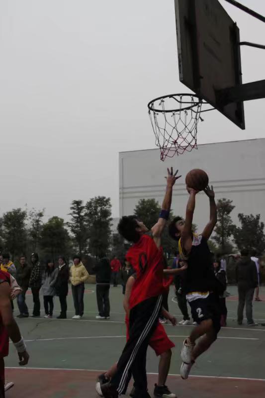 莫川设计师杨英杰在打篮球