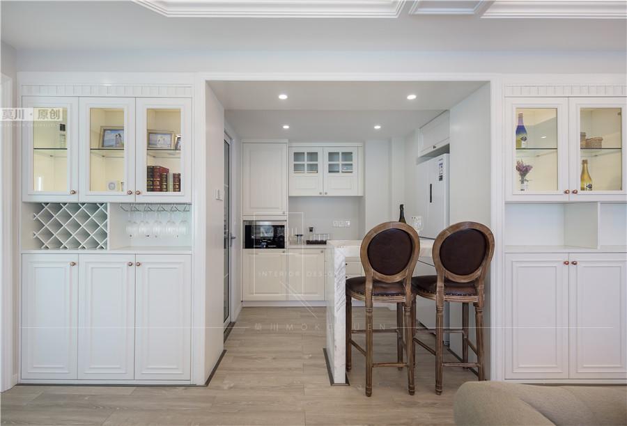西厨整个柜体和冰箱采用内嵌式设计显得更加方正美观,吧台的设计给